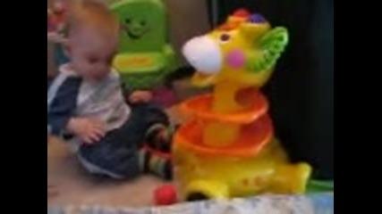 Анди си играе с жирафа :)