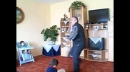 Луд дядо танцува на много див house .. (смях)