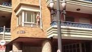 Любовник скача през прозореца и пожарната го спасява