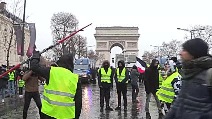 'Use the Force' - Yellow Vest protester brandishes lightsaber at Paris demo