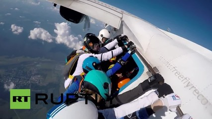 Russia: See female skydivers create mid-air figure of eight & set new record