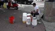 Уличен талант свири на кофи вместо барабани