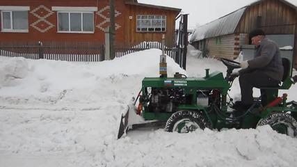 Самоделно тракторче(ока) няма сериозни трудности с почистване на снега.