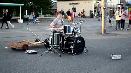 Барабанист с голямо бъдеще ..