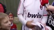 Даниел Агер удари дете с топка и след това му даде фланелката си!