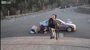 Ураганен вятър търкаля хора по асфалта