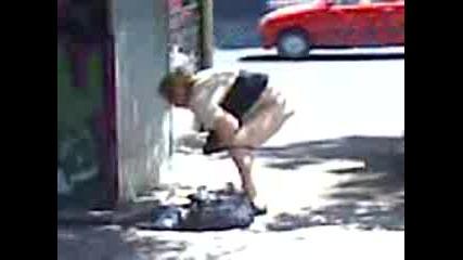 Жена Пикае На Улицата