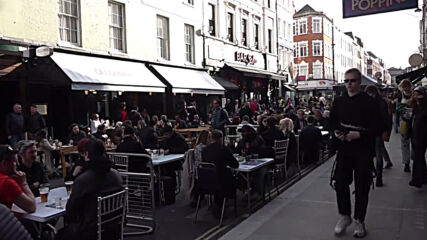 UK: Lucky Londoners hit pubs again after five months of lockdown