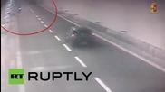 Мъж кара мотора си в насрещното движение по магистрала в Италия