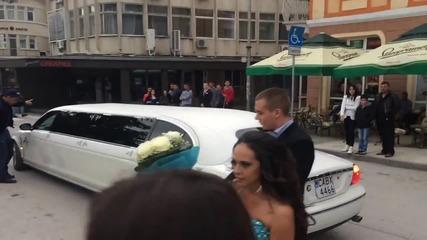 Абитуриент пристигна с летящо килимче, a принцеса с лимузина на бала
