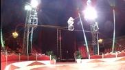 Рискована демонстрация на 15 метра над земята