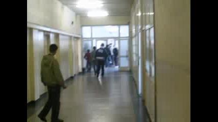 Гонка В Коридора На Училище