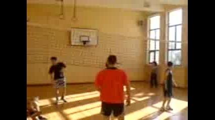 Хаймани Играят Волейбол