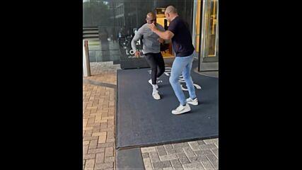 Камару Усман и Абделазиз се ритат пред хотел в Атланта