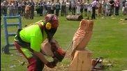 Човек прави бухал от дърво с моторна резачка