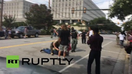 USA: Pro-Confederate flag protester threatens activists with knife