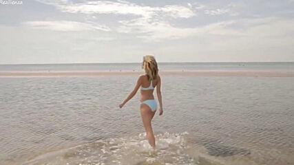Море, пальмы, отдых. Красивая девушка.