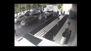 Тъпанар изпотроши Lamborghini Gallardo пред входа на някакъв хотел в Делхи и за малко не уби хората!