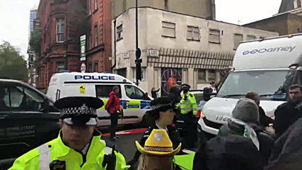 UK: Prison van thought to contain Julian Assange passes by supporters