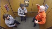 Как се забавляват полицаите в Колорадо, заснети със скрита камера в асансьора!