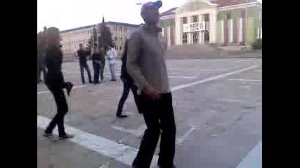 Луко Бански играе с мажоретките