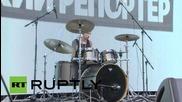 Барабанист с ампутирана ръка показва умения на гийк пикник в Москва