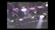 Майкъл пада на сцената