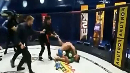 Боец нападна противника си в клетката след победа