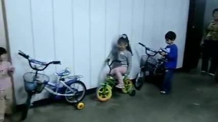 3 годишно момиче паркира с Ръчна !!!