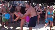 Пукане на балон - забавни моменти на басейн