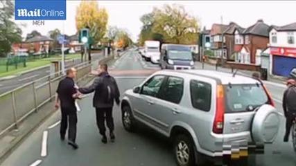 Велосипедист и шофьор на камион се млатиха зверски на пътя заради грешна маневра