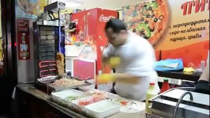 Продавач приготвя дюнери с неотразима бързина !