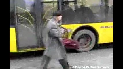 Пиян руснак си играе с детски автомат :d