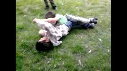 Деца се бият