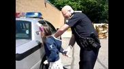 Полицай показва на момиче за рождения си ден как арестува някого