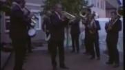 Старата Етрополска Музика на Флигорни-днешните млади Етрополци на тромпети бутони отгоре и тарамбуки
