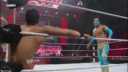 Sin_cara_vs._primo_wwe_raw_11-04