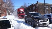 Мощен пикап помага на закъсал камион в снега