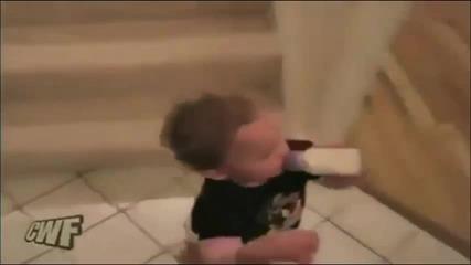 Бебе слиза много смешно по стълбите