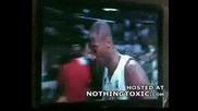 Kobe Bryant Хварля Потната Си Кърпа върху Лицето на БабиЧка