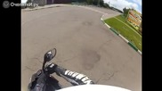 Добър мотоциклетист помага на бабка