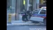 Човек Бива Бутнат От Полицейска Кола В Usa