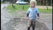 Диване подскача в кална локва и му се случва случка(смях)