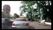 Пешеходец с адекватна реакция към шофьор замърсител на улицата