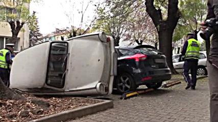 Шофьор си освободи място, като обърна друг автомобил?