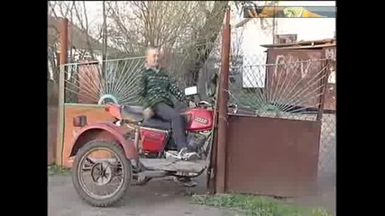 Идиот с мотор срещу ограда!