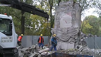 Poland: Red Army monument torn down in Warsaw