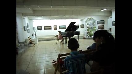 Малката Нанси свири на пиано