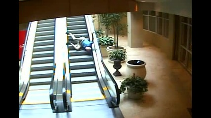 Смях ! Старец пада по ескалатор !