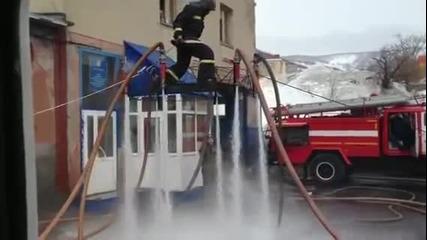 пожарникари се забавляват